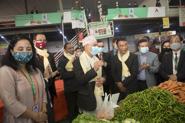 धुम्बाराही तरकारी तथा फलफूल बिक्री केन्द्रमा नबिल बैंकको क्यूआर भुक्तानी सेवा सुरु